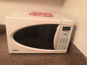 White Sanyo microwave for Sale in Cleveland, OH