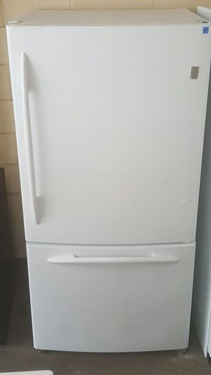 White GE 22 cubic foot capacity bottom freezer for Sale in Tampa, FL