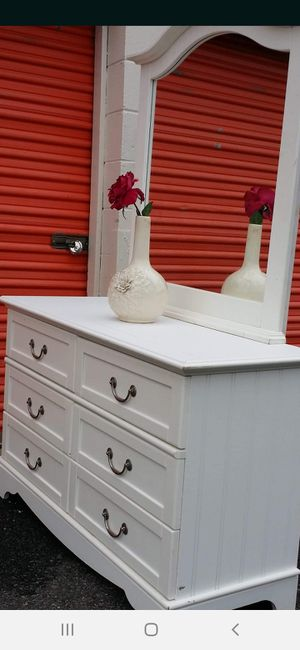 MODERN WHITE DRESSER 6 DRAWERS WITH MIRROR DRAWERS WORKING WELL GOOD CONDITION for Sale in Fairfax, VA