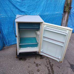 Indesit Refrigerator compact for Sale in Chicago, IL