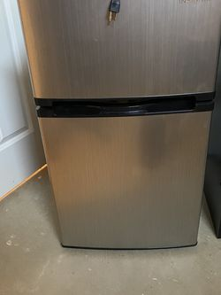 insignia 3.0 mini fridge for Sale in Elyria,  OH