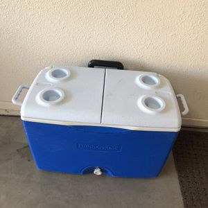 Rubbermaid Rolling Cooler for Sale in Mesa, AZ