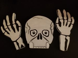 Outdoor Halloween deco One skeleton head with 2 hands for Sale in Schaumburg, IL