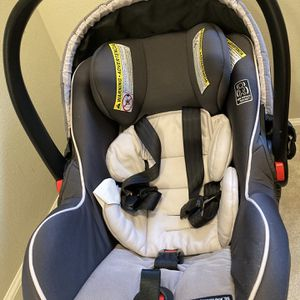Infant Graco Car seat Snugride Snug lock 35 for Sale in Bothell, WA