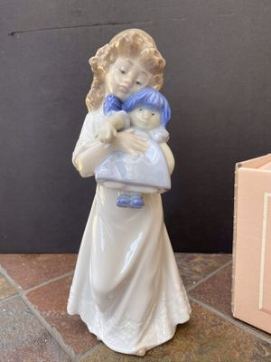 """Nao Lladro """"We're Sleepy"""" #1107 Glazed Porcelain Figurine - 8"""" Girl With Doll for Sale in Irvine, CA"""
