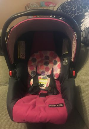 Click connect stroler car seat compatible does not come with striker just car seat for Sale in Pueblo, CO
