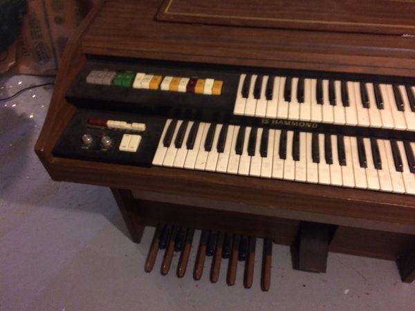 Hammond keyboard organ
