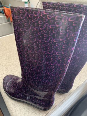 Girls size 5 Descendants rain boots for Sale in Garner, NC