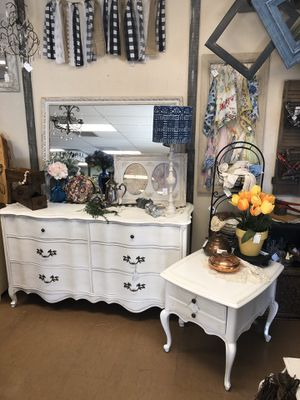 Dresser and small nightstand /endtable for Sale in Phoenix, AZ