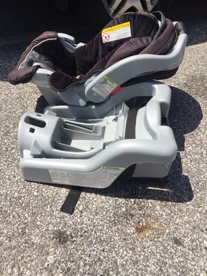 Graco Baby car seat w/base fits in Stroller for Sale in Cleveland Heights, OH