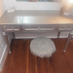 Vanity w/ chair for Sale in Leominster, MA