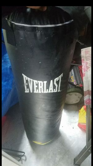 Everlast heavy punching bag for Sale in Lake Stevens, WA