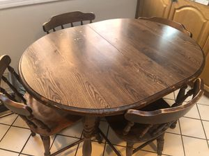 SMALL EAT IN TABLE/ BREAKFAST TABLE WITH 4 CHAIRS for Sale in Wayne, NJ