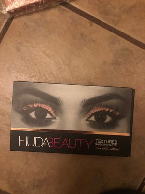HUDA beauty textured shadows pallet ROSE GOLD EDITION for Sale in Tucson, AZ