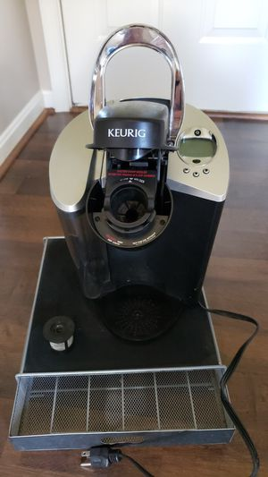 Keurig Coffee Maker w/ Accessories for Sale in LAKE OF WOODS, VA