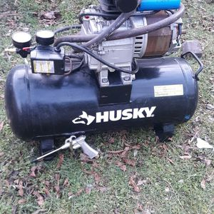 75$ Neg. HUSKY AIR COMPRESSOR. WORKS WELL. USED SPARELING. PAID 175$ 2 MONTHS AGO for Sale in Baldwin, NY