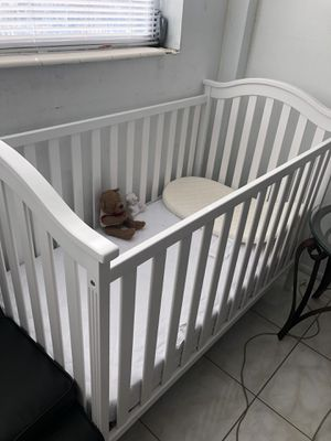 White Baby Crib with Mattress for Sale in North Miami Beach, FL
