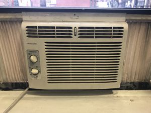 Frigidaire 5,000 BTU window air conditioner, 115 V for Sale in New York, NY