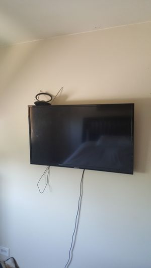 Screen smart TV 44 inch with wall hang set for Sale in Orland Park, IL