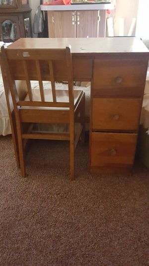 Desk & Chair 🌺 for Sale in Dillwyn, VA