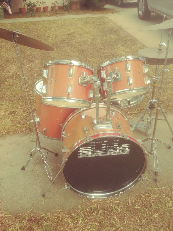 Great sounding drum set with cymbals and stands