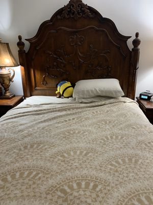Queen size bedroom set (w/o mattress) for Sale in Miami, FL
