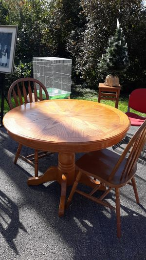 Round table and 2 chairs for Sale in Montgomery, IL