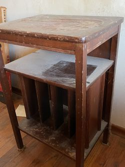 PENDING Free little album/magazine table for Sale in Oregon City,  OR