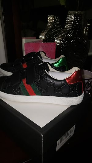 Brand NEW GUCCI (SIZE 35) for Sale in North Miami Beach, FL