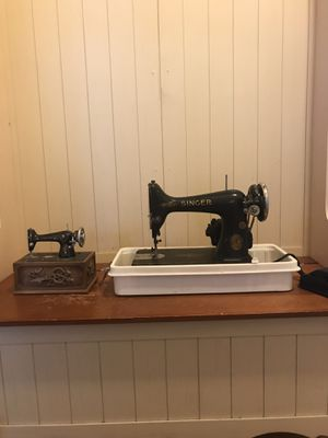 Great Physical Condition Vintage Singer Sewing Machine and matching Sewing Kit for Sale in Teaneck, NJ