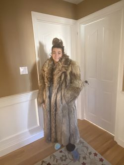 Vintage Full Length Raccoon Fur Coat EUC for Sale in Amityville,  NY
