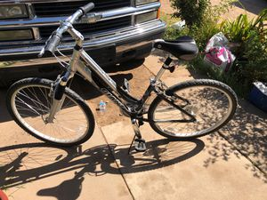 Women's Giant beach cruiser bike 24 speed in perfect condition ready to ride for Sale in Phoenix, AZ