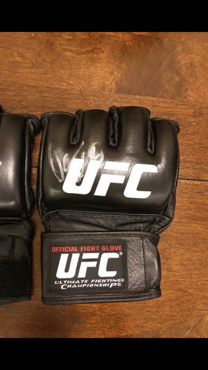 UFC official fighting glove 🥊 + Dana white Signature for Sale in Inglewood, CA
