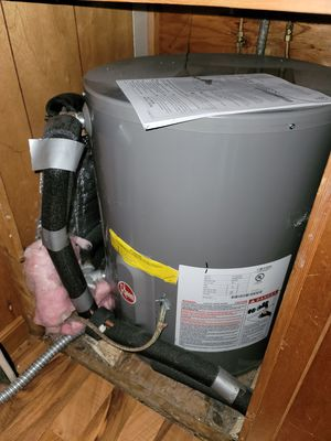 20gl Electric water heater 120v like new for Sale in Melrose Park, IL