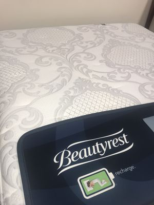 Beautyrest recharge world class king size floormodel for Sale in Sterling, VA