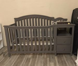 Baby crib 4-1 with changing table for Sale in Miami, FL