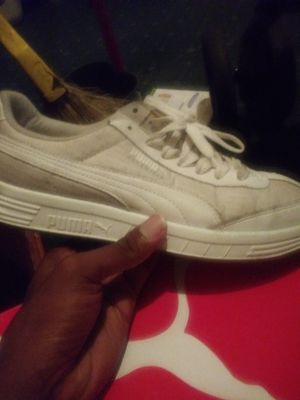 Good Condition whitev pumas. Size 10 in men for Sale in Cleveland, OH