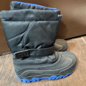 Snow Boots Size 3 for Sale in Los Angeles, CA