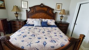 King size bedroom set in great condition, wood and marble top for Sale in North Bay Village, FL