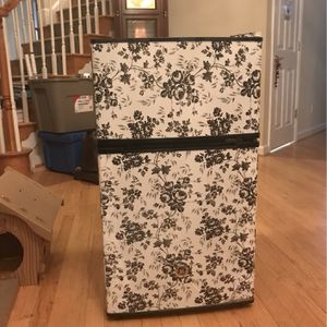 Mini Fridge With Freezer for Sale in Davidsonville, MD