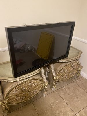 2 Night stands & 40 inch FREE TV for Sale in Bell Gardens, CA