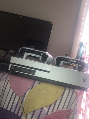 Xbox and two Xbox controler plus one extra game dvd for Sale in Columbus, OH