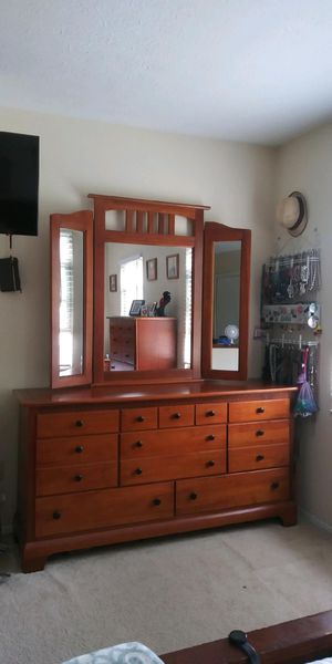 Dresser and mirror set for Sale in Westerville, OH