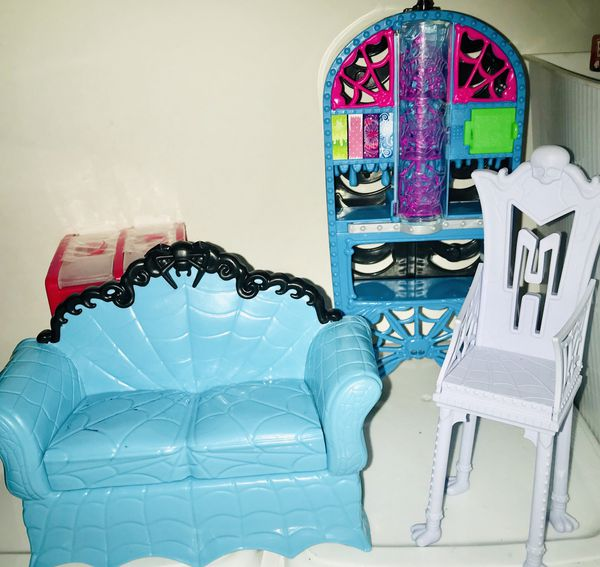 Vamperina Doll House And Furniture