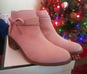 New in box girls size 5 pink boots for Sale in Victorville, CA