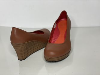 Crocs A-Leigh Women Light Brown Leather Closed Toe Heels Shoe Size 6 for Sale in San Antonio,  TX