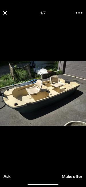 9 ft bass hound boat 2 swivel seats. Has a live well 2 new battery's a 30 lbs thrust trolling motor 1000 or best offer for Sale in Tacoma, WA