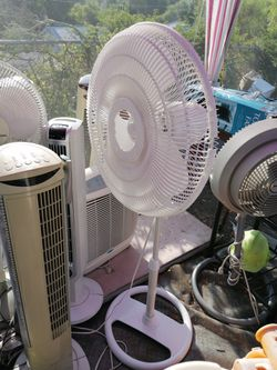 Like new 3 speed Pedestal Oscillating fan for Sale in Spring Valley,  CA