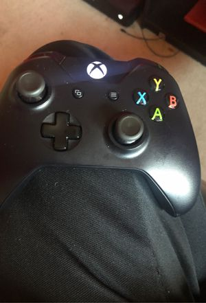 Xbox one 500 gigabytes (Black) Controller as well for Sale in Homestead, FL