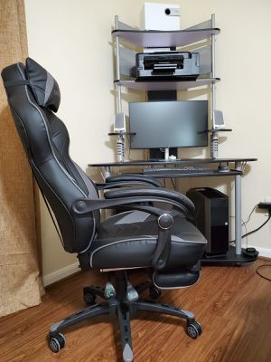 Desktop computer with table and chair included. for Sale in Conroe, TX